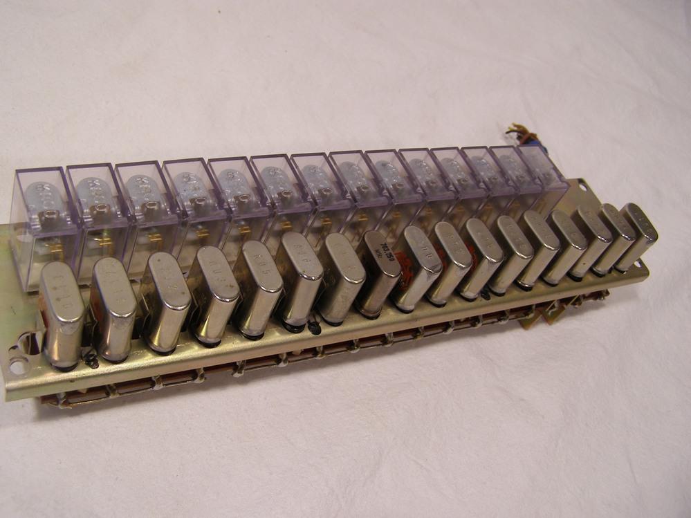 Bauelement mit   17 x Quarz  14 x Relais und 17 x Keramik-Scheibentrimmer 6//30